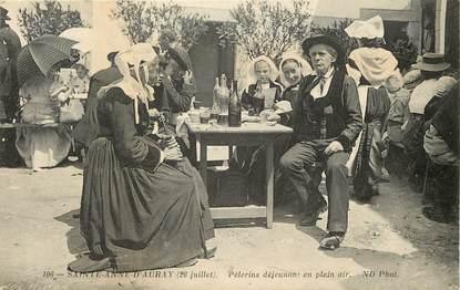 """CPA FRANCE 56 """"Sainte Anne d'Auray, Pèlerins déjeunant en plein air"""""""