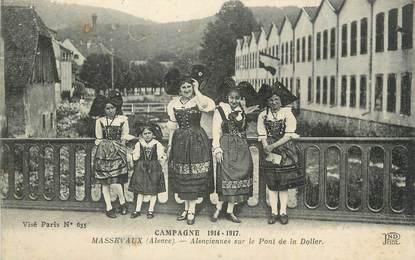 """CPA FRANCE 68 """"Massevaux, Alsaciennes sur le pont de la Doller"""". / FOLKLORE"""