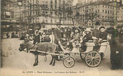 """CPA FRANCE 69 """"Lyon, Place Bellecour la voiture des enfants""""./ ANE"""