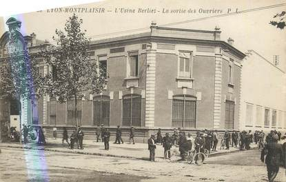 """CPA FRANCE 69 """"Lyon, Montplaisir, L'Usine Berliet la sortie des ouvriers"""". /QUARTIER DE LYON"""