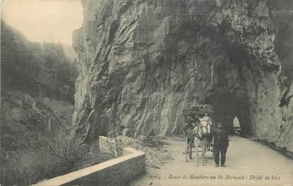 """CPA FRANCE 73 """"Route de Moutiers au St Bernard, Défilé de Siex""""."""