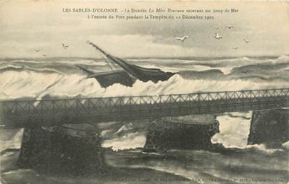 """CPA FRANCE 85 """" Les Sables d'Olonne, Le Dundée La Mère Rousseau recevant un coup de mer à l'entrée du port en 1903""""."""