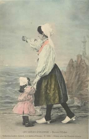 """CPA FRANCE 85 """" Les Sables d'Olonne, Sablaises devant l'océan"""". / FOLKLORE"""