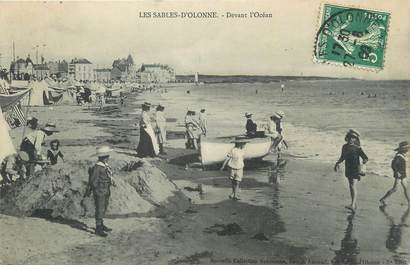 """CPA FRANCE 85 """" Les Sables d'Olonne, Devant l'océan""""."""