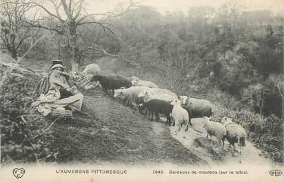 """CPA FRANCE 63 """" L'Auvergne pittoresque, Gardeuse de moutons sur le talus"""". / FOLKLORE"""