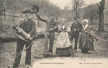 """CPA FRANCE 63 """" L'Auvergne, En route pour la fête, Joueur de Vielle"""". / FOLKLORE"""