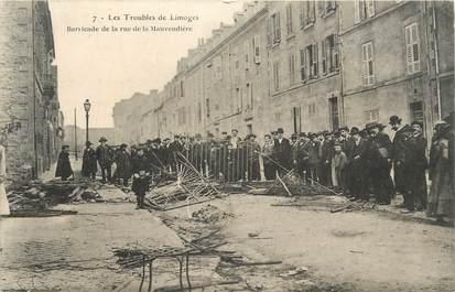 """CPA FRANCE 87 """" Limoges, Barricade de la rue de la Mauvendière""""."""