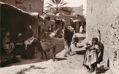 """CPA ALGERIE """"une rue de village arabe"""" / ORIENTALISME / SCÈNES ET TYPES"""