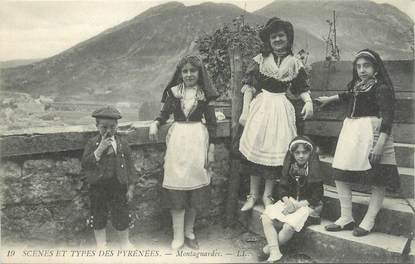"""CPA FRANCE 65 """" Scènes et types des Pyrénées, Montagnardes"""". / FOLKLORE"""