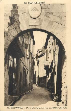 """CPA FRANCE 46 """" Gourdon, Porte du Majou et rue de l'Hôtel de Ville""""."""