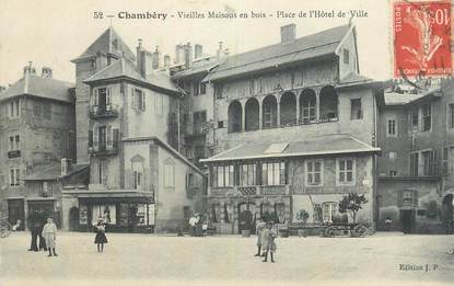 """CPA FRANCE 73 """" Chambéry, Vieilles maisons en bois, Place de l'Hôtel de Ville""""."""