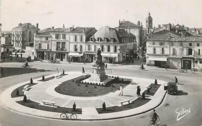 """CPSM FRANCE 16 """" Cognac, La place François 1er""""."""