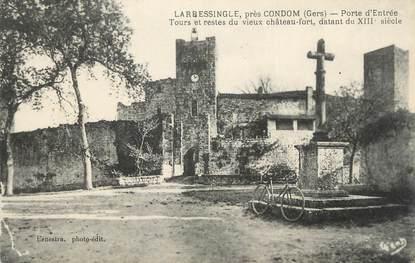 """CPA FRANCE 32 """" Larresingle , Porte d'entrée, tours et restes du vieux château fort""""."""