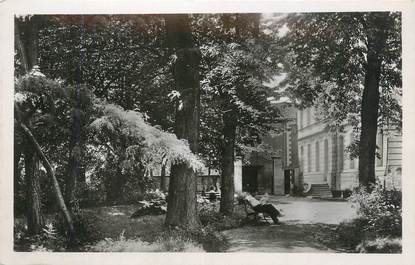 """CPSM FRANCE 38 """" St Jean de Bournay, Le jardin de ville""""."""