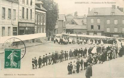 "CPA FRANCE 76 ""Doudeville, Procession du Saint Sacrement"""