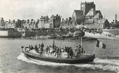 """CPSM FRANCE 50 """" Barfleur, Le canot de sauvetage rentrant au port""""."""