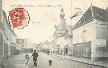 """CPA FRANCE 78 """"Bonnières sur Seine, Place de l'hôtel de Ville'."""