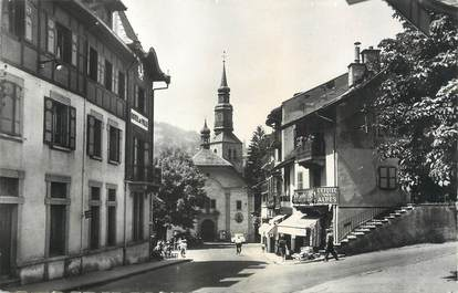 """CPSM FRANCE 74 """" St Gervais les Bains, Le centre de la ville, l'église et l'hôtel de ville""""."""