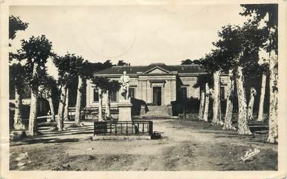"""CPSM FRANCE 24 """" Sarlat, Le Palais de Justice et la Statue d'Etienne de la Boétie""""."""