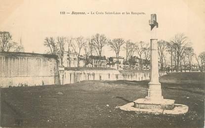 """CPA FRANCE 64 """"Bayonne, La croix St Léon et les remparts""""."""