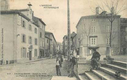 """CPA FRANCE 07 """"Vals les Bains, L'Hôtel de Ville, la place et l'entrée de la grande rue""""."""