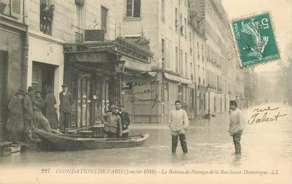 """CPA FRANCE 75007 """"Paris, 1910, Inondations, Le bateau de Passage de la Rue Saint Dominique"""""""