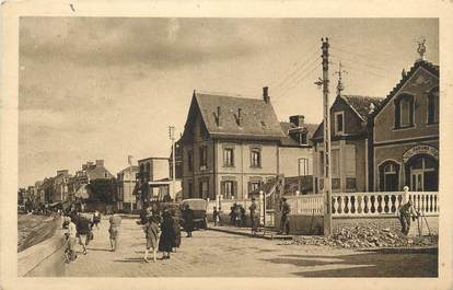 """CPA FRANCE 14 """"Grandcamp les Bains, Le casino et la digue""""."""