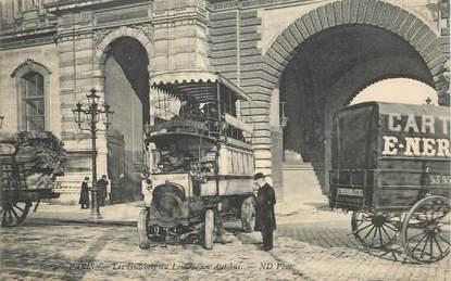 """CPA FRANCE 75001 """"Paris, les guichets du Louvre, un Autobus"""""""