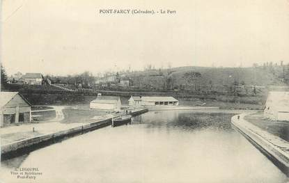 """CPA FRANCE 14 """"Pont Farcy, Le port""""."""