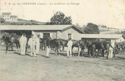 """CPA FRANCE 23 """" 'La Courtine, Les artilleurs au pansage""""."""