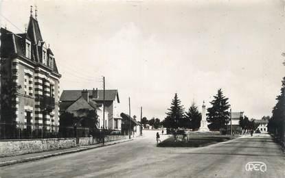 """CPSM FRANCE 23 """" Boussac, Avenue de la gare, le monument aux morts""""."""