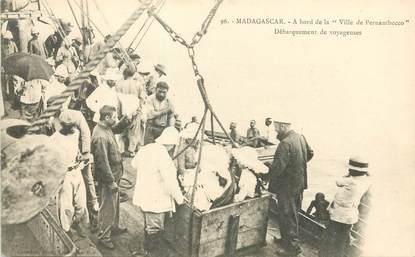 """CPA MADAGASCAR """"Débarquement de voyageurs"""""""