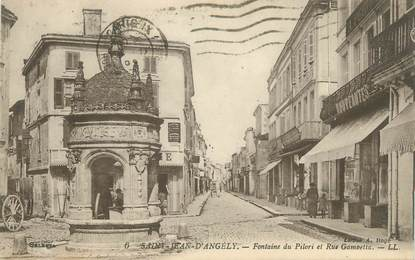 "CPA FRANCE 17 ""St Jean d'Angély, Fontaine du Pilori et Rue Gambetta""."