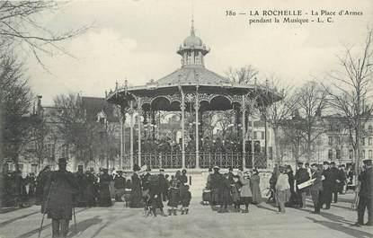 """CPA FRANCE 17 """"La Rochelle, La Place d'Armes pendant la musique""""."""