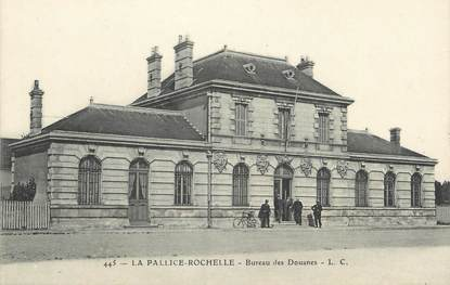 """CPA FRANCE 17 """"La Palllice - La Rochelle, Bureau des Douanes""""."""