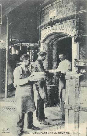 """CPA FRANCE 92 """" Sèvres, Manufacture, Un four de cuisson"""""""
