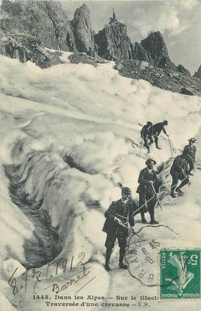"""CPA FRANCE 05 """" Dans les Alpes, traversée d'une crevasse sur le glacier"""" / ALPINISME"""