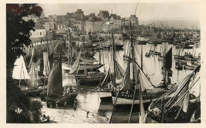 "/ CPSM FRANCE 29 ""Douarnenez, le grand port au retour des barques"""