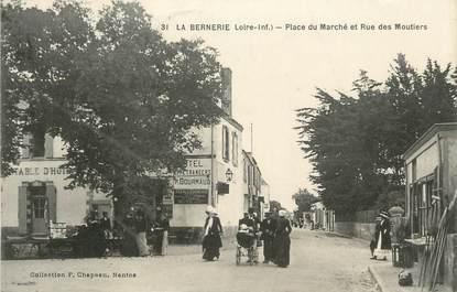 """CPA FRANCE 44 """"La Bernerie , Place du Marché et Rue des Moutiers"""""""