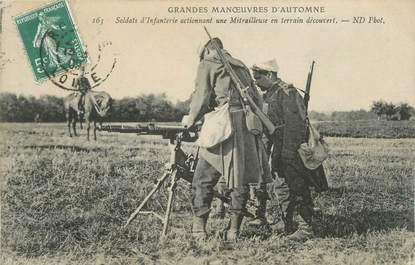 """CPA MILITAIRE """" Soldats d'infanterie actionnant une mitrailleuse"""" / MITRAILLEUSE"""