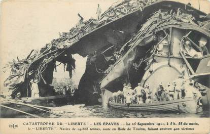 """CPA BATEAUX MILITAIRES FRANCE 83 """"Catastrophe du Liberté , les épaves"""""""