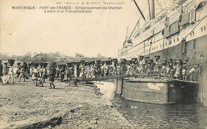 "CPA MARTINIQUE ""Fort de France, embarquement du Charbon à bord d'un transatlantique"""