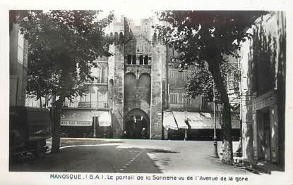 """/ CPSM FRANCE 04 """"Manosque, le portail de la sonnerie vu de l'avenue de la gare"""""""