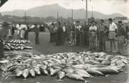 """64 PyrÉnÉe Atlantique CPSM FRANCE 64 """"Saint Jean de Luz, vente de poissons à la criée"""""""