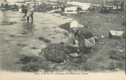"/ CPA FRANCE 17 ""Fouras, Pêcheuse d'huitres"""