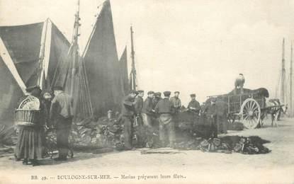 """CPA FRANCE 62 """"Boulogne sur Mer, marins préparant leurs filets"""""""