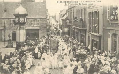 """CPA FRANCE 29 """"Douarnenez, la place de la Croix, procession"""""""