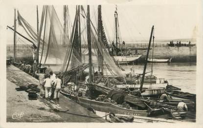 """CPSM FRANCE 29 """"Douarnenez, arrivée des bateaux de pêche"""""""
