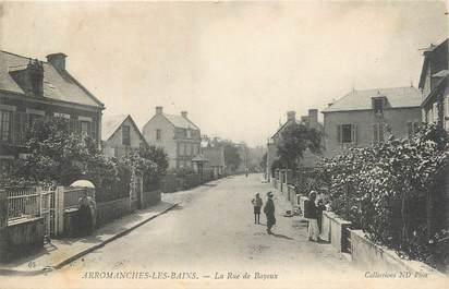 """CPA FRANCE 14 """"Arromanches Les Bains, la rue de Bayeux """""""