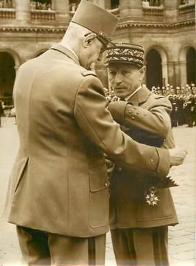 """PHOTO ORIGINALE / PHOTO DE PRESSE / POLITIQUE """"Le Général De Gaulle recevant la croix de la Légion d'Honneur dans la cour des Invalides"""""""